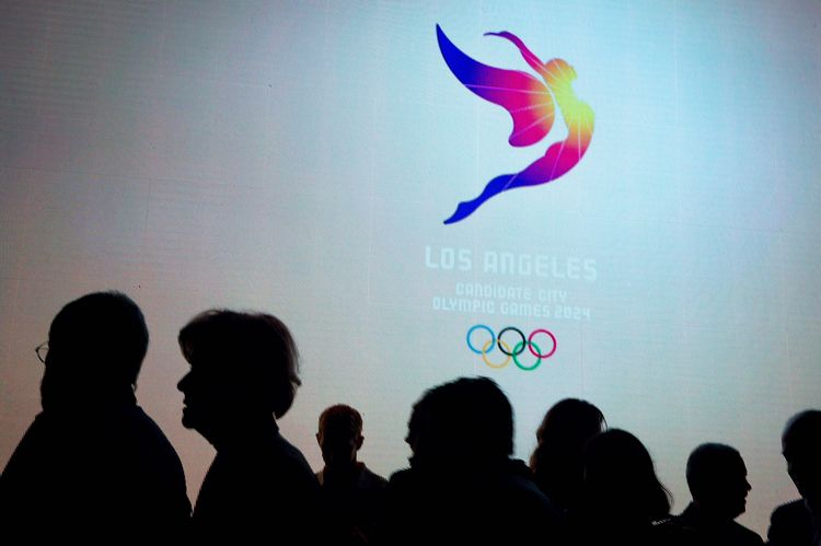 The Los Angeles candidate city logo for the 2024 Olympic Games is unveiled in Los Angeles on Tuesday night, Feb. 16, 2016. (Sarah Reingewirtz/Pasadena Star-News via AP)
