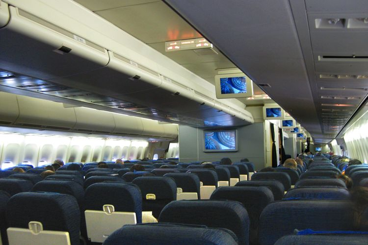 united_airlines_b747-422_economy_cabin