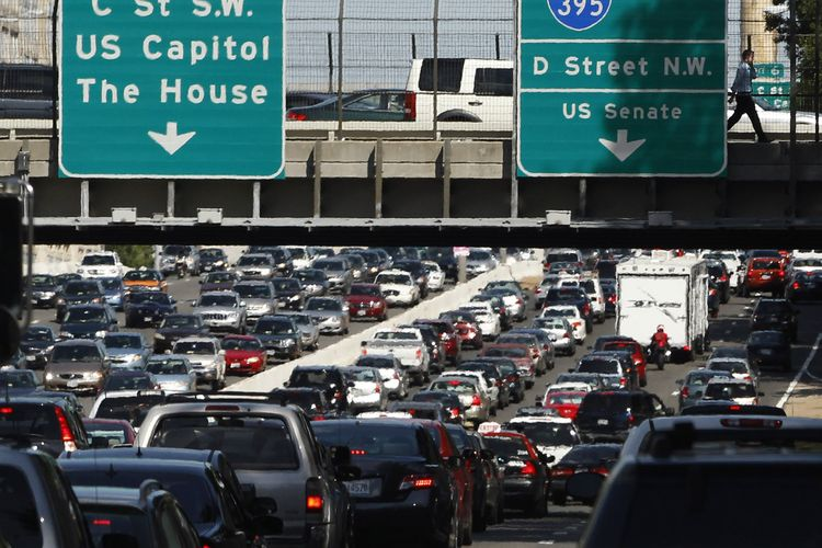Gridlock traffic is pictured on highway 395 as people evacuate Washington after an earthquake August 23, 2011. An unusually strong and shallow 5.9 magnitude quake hit the U.S. East Coast and Canada, shaking buildings, forcing evacuation of office buildings in several cities and delaying flights in New York. REUTERS/Jason Reed   (UNITED STATES - Tags: DISASTER ENVIRONMENT TRANSPORT)