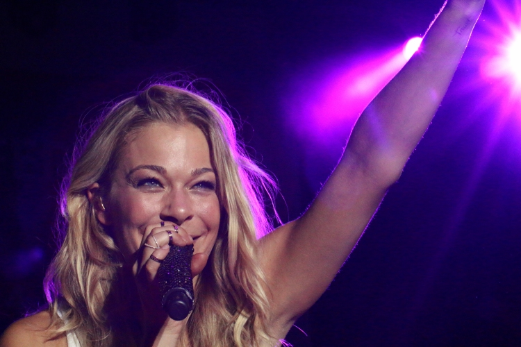 LeAnn Rimes singing Cant Fight the Moonlight in Dallas