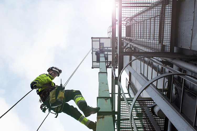 Manual-high-worker-abseil-from-tower
